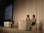 高野氏の質問に応じて被災地の状況を説明する畠山議員