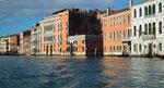 . . . dem Canale Grande und wiederum vorbei an schönen Fassaden.