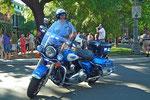 Stolzer Policeman mit seiner blitzblank geputzten Harley Davidson