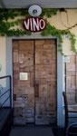 Originelle Türe aus alten Wein-Holzkisten