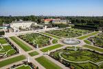 Blick auf einen Teil der grossartigen Gartenanlage und das Schloss