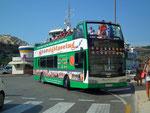 Mit den oben offenen Hop-on-Hop-off-Bussen geht's quer über die Insel