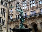 Schöne Kupferstatue auf dem Brunnen . . .