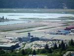 Blick von oben auf den lebenswichtigen Flughafen Juneau