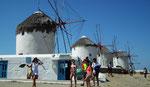 Die weltbekannten Windmühlen oberhalb des Hafenstädtchens