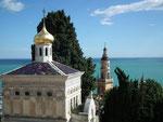 Die russisch-orthodoxe Kirche an höchster Stelle mit altem Friedhof