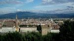 Im Vordergrund der Fluss Arno