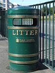 Sogar die Abfall-Kübel haben echten English Style