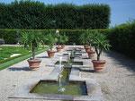 Hübsches Wasserspiel im kleinen Garten