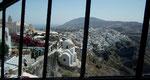 Blick auf Oia, das auf der Krete der Insel Santorini thront . . .