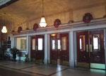 Die schönen Ein-/Ausgangstüren des Bahnhofs als Hoteleingang