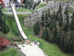 Skisprungschanze mit Schneekanonen