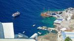 600 Treppenstufen führen hinab zum kleinen Hafen von Santorini