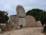 Sardinien war lange Zeit von Nuraghern bevölkert, die ihre Toten in solchen Riesengräbern...