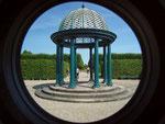12 Säulen tragen das verzierte Kuppeldach