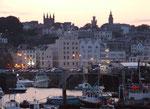 Schöner abendlicher Blick über den Hafen zur Hafenstrasse von St. Peter Port