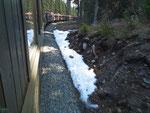 Die ersten Schneeresten entlang der Strecke.