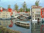 Ein Vaporetto auf dem Canale Grande mit der Rialto-Brücke