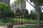 Schöne Spiegelung in einer Glasfassade einer Bank.