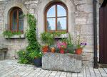 Blumendekoration und schöne Steinevielfalt
