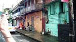 Die auffällig bunten Häuser in Roseau auf Dominica