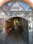 Schöner Hausdurchgang führt zu einem Restaurant im Innenhof
