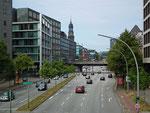 Blick auf die mehrspurige Innenstadtstrasse