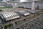 Auch ein grosser Flugplatz mit Ankunfts-/Abflughallen gehört dazu