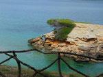 Blick auf eine kleine Insel in der Bucht von Manrese