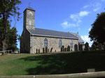 Die einfache Inselkirche mit dem kleinen Friedhof