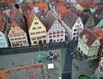 Blick von 52 m hohen Rathausturm hinunter auf den Marktplatz
