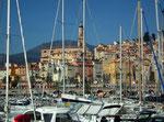 Über die unzähligen Boote im alten Hafen schauen wir nochmals . . .