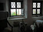 Kleiner Schlafraum mit schönen Butzenfenstern