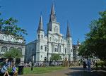 Die schöne Saint Louis Cathedral blickt majestätisch über den Park zum Mississippi