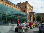 Moderner Glas-An-/Vorbau am klassischen Bahnhofsgebäude