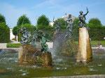 Beim Eingang ein wunderschöner Brunnen mit kunstvollen Figuren