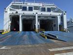 Einfahrt zu einem riesigen Laderaum eines Fährschiffes, das Sardinien mit dem Festland verbindet