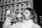 1990 Luigi Colani trinkt aus der Colani VALSER Limelite Glasflasche