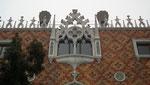 Filigrane Fenstereinfassung und Fassadenabschluss