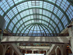 Die filigrane Glaskuppel-Konstruktion überdacht den Shopping-Teil