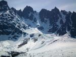 Anfang Mai lag auf dem Pass der Schnee noch über 2 m hoch . . .