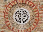 Künstlerische Stein-Rosette an der Abteimauer von Pomposa