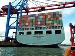 Unzählige Container sind auf diesem Riesen-Containerschiff geladen