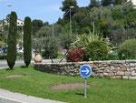 Verkehrskreisel wie aus der Landschaft geschnitten in Vallauris