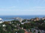 Blick von oben auf die Hauptstadt St. Peter Port . . .