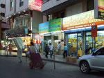 Abendliche Geschäftigkeit in den vielen Electronic-Shops, die meist in asiatischen Händen sind.