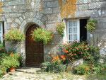 oder auch dieses Privathaus schmückt sich mit Blumen