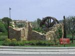 Schöner Verkehrskreisel an der Stadtausfahrt von Grasse