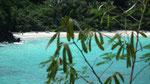 Von helltürkis mit schneeweissen Stränden (weiss von den Korallen und Muscheln)