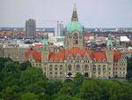 Schöner Blick auf das Neue Rathaus mit Sitz der Stadtverwaltung